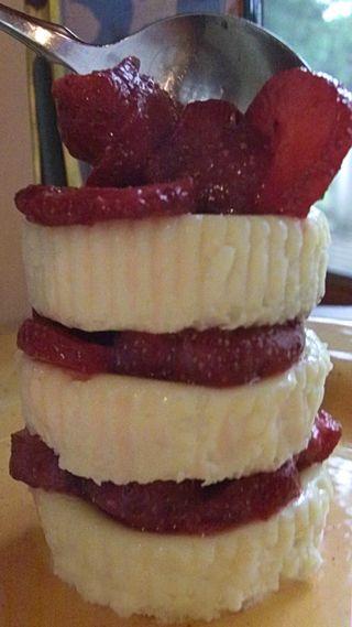 Vanilla ginger cookie cheesecake with honey bourbon strawberries 3
